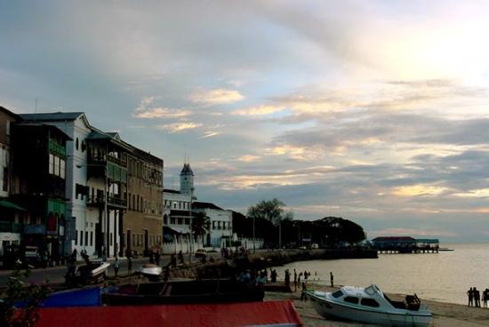 Vista de la costa de Stone Town desde el Mercury Bar
