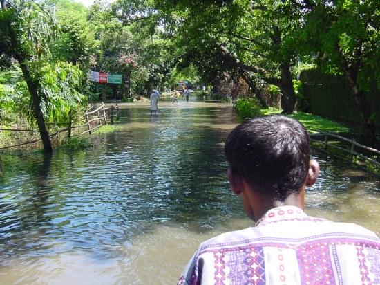 En un rickshaw atravesando la calle días después de la gran inundación del 2004.