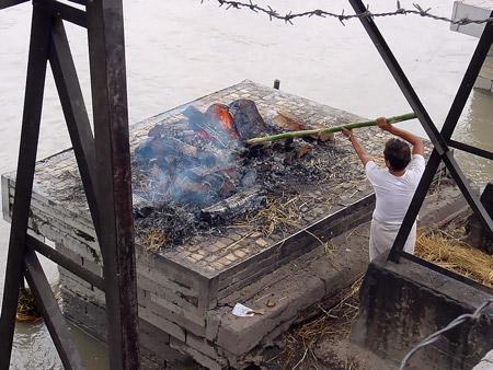 Cremación en el templo Pashupatinath, Kathmandu - Nepal