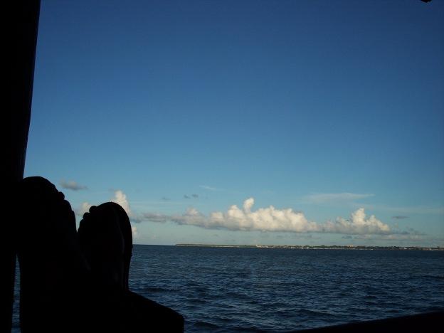 reposand una tarde en Dar es Salam luego de un día de trabajo