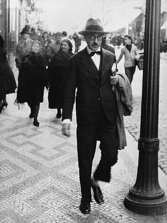 Fernando Pessoa - Na Baixa. Lisboa. Foto  dominio público