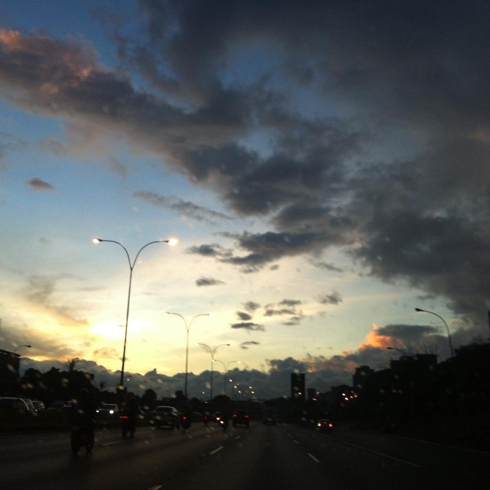 En la Autopista Francisco Fajardo un atardecer en Caracas