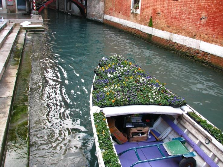 Barca en un canal de Venecia, al lado del mercado de Rialto.